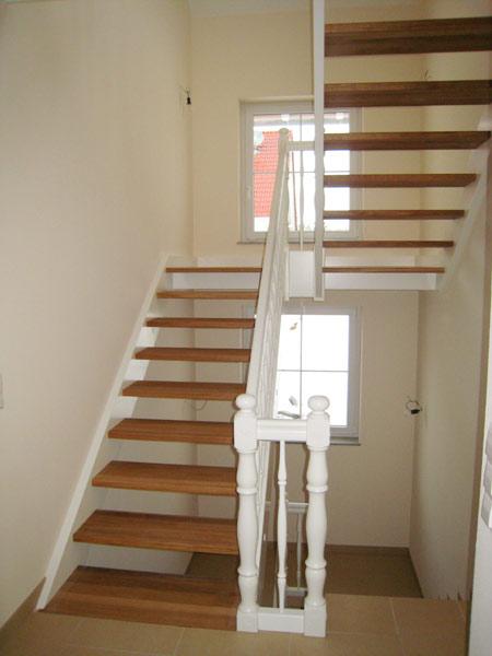 treppen center oberschwaben eingestemmte wangentreppe mit podest. Black Bedroom Furniture Sets. Home Design Ideas